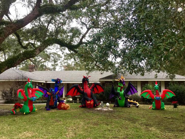 Фото №3 - Твит дня: писательница украсила двор к Рождеству надувными драконами, и соседи заподозрили её в оккультизме