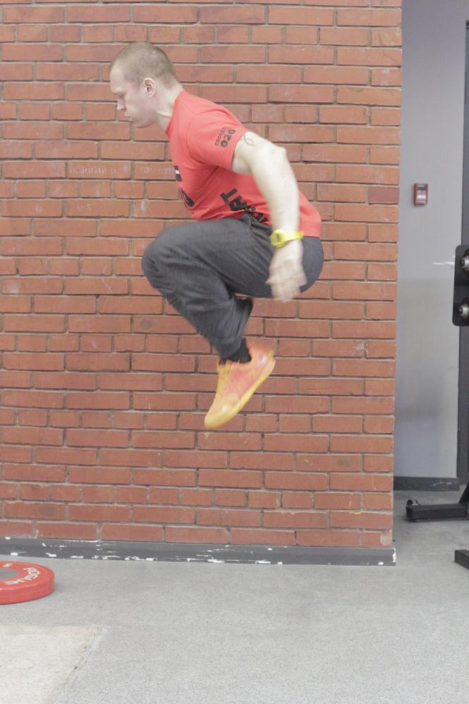 прыжки колени к груди