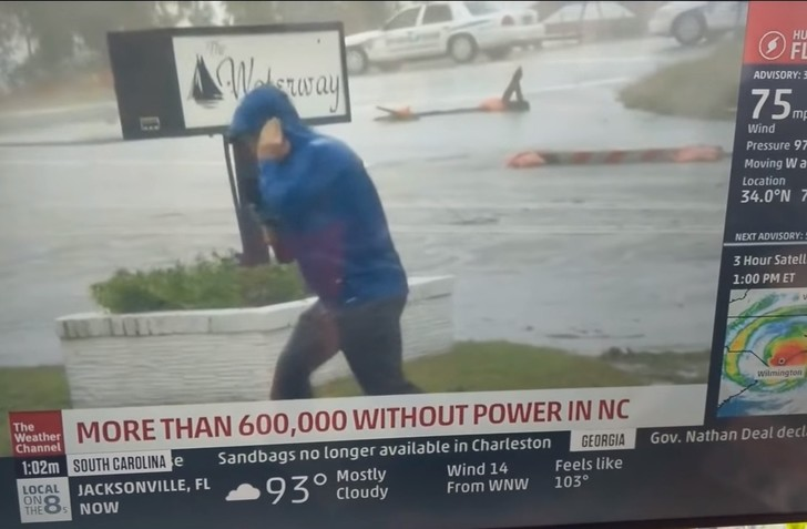 Фото №1 - Американского тележурналиста затроллили за слишком драматичный репортаж про ураган «Флоренс» (видео)