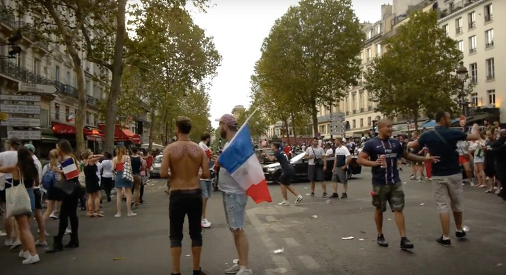 Фото №1 - Поездка по Парижу сразу после финального свистка чемпионата мира (ВИДЕО)