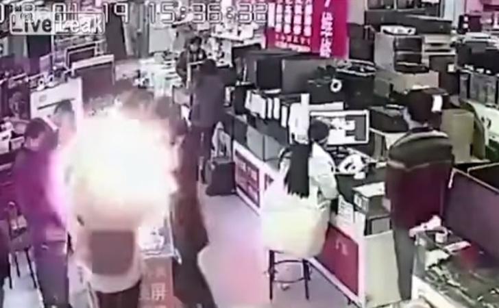 Фото №1 - Мужик укусил батарею айфона — и та взорвалась! (феерическое ВИДЕО)