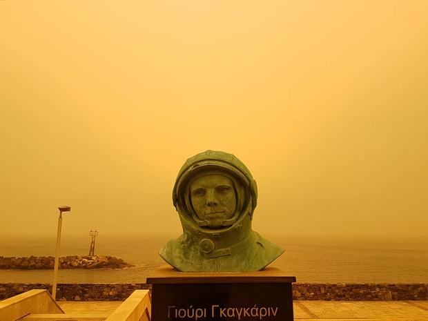Фото №3 - Адская песчаная буря превратила остров Крит в Марс (фантастически апокалиптичные ВИДЕО и ФОТО)