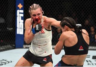 Россиянка победила американку в упорном бою UFC, несмотря на перелом носа (видео)