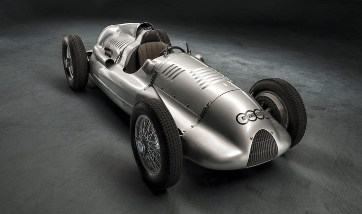 Довоенные монстры вроде Mercedes W125 или этого Auto Union Typ D 1939 года с двумя приводными нагнетателями опередили развитие автомобилестроения на десятилетия. Фактически Bugatti Veyron соревновался не со своими современниками, а с ними!