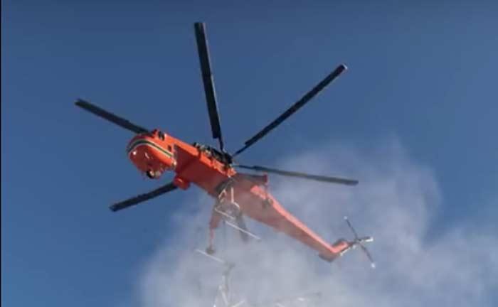 Фото №1 - Виртуозная установка опоры линии электропередачи с помощью вертолета (ВИДЕО)