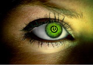 Забудь о гугловских очках! Теперь ты можешь вставить себе глаз от Google!