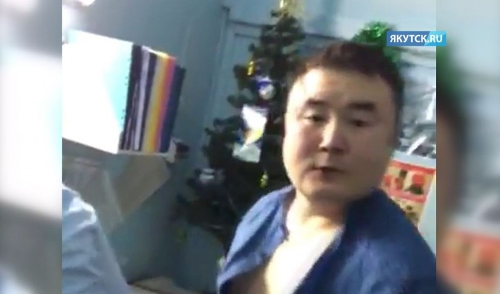 Фото №1 - Заведующий больницы избил пациентку, которая хотела снять побои, нанесенные им же (ВИДЕО)