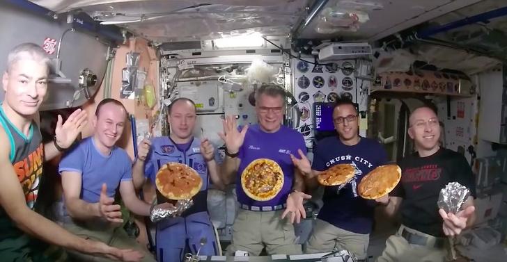 Фото №1 - Космонавты МКС приготовили пиццу прямо на орбите (ВИДЕО)