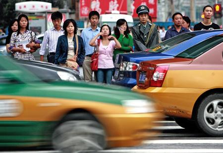 В Китае продолжают бороться с недобросовестными пешеходами: теперь их поливают водой