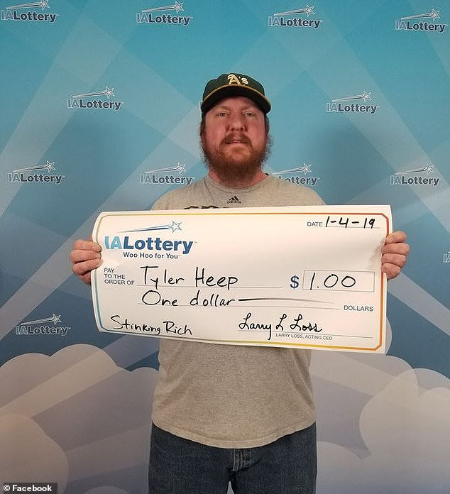 Фото №1 - Парень выиграл в лотерею всего один доллар, но заставил компанию соблюсти все церемонии и воздать ему почести