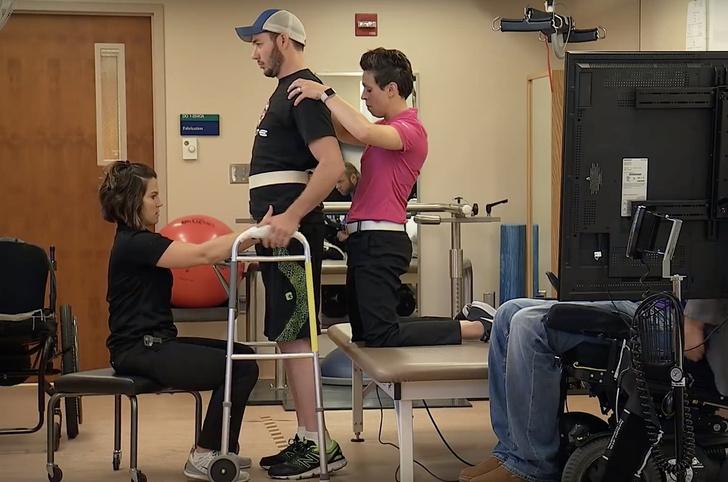 Фото №1 - У врачей Mayo Clinic получилось поставить на ноги парализованного (видео)