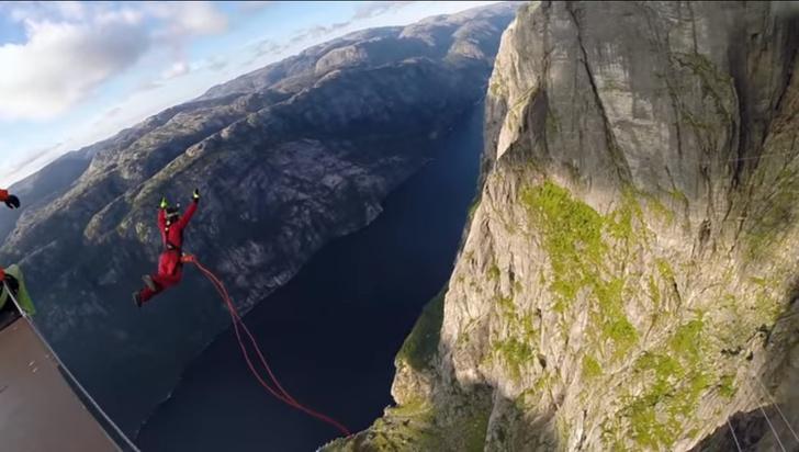 Фото №1 - Леденящий кровь рекорд: прыжок с высоты 392 метра! (ВИДЕО)