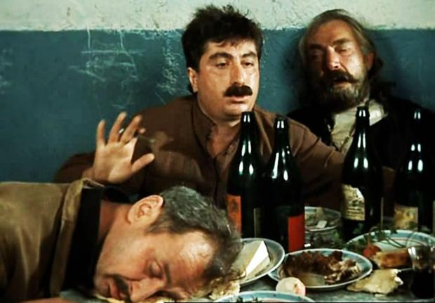 Фото №1 - Гаумарджос! 11 правил и лайфхаков грузинского застолья