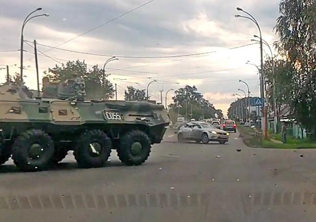 Фото №2 - Заурядное российское ДТП: БТР врезается в легковушку (видео)