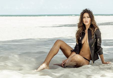 Анна Кастерова! Наш фотограф настиг беглую телеведущую на пляже в Майами!
