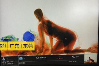 Китаянка отказалась отдавать сумку на сканирование и прокатилась через рентген (ВИДЕО)