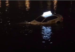 По реке плывет такси, а внутри два мужика (ВИДЕО из Питера, слова народные)