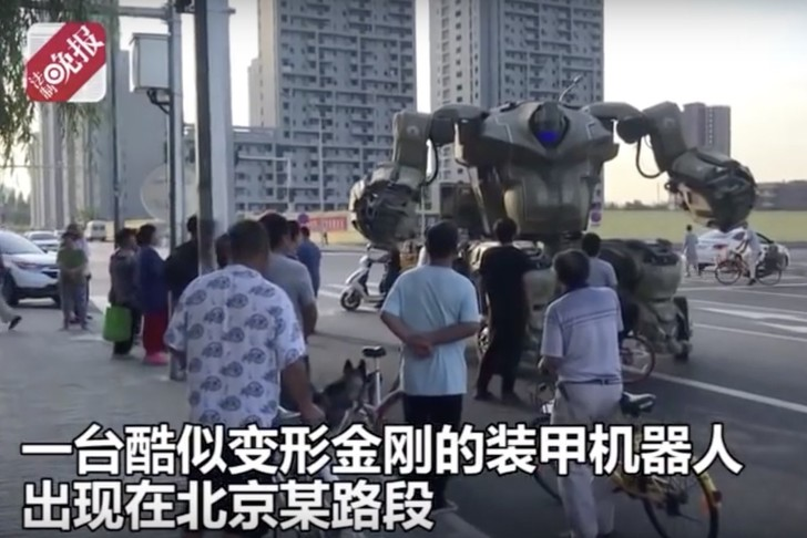 Фото №1 - Китаец ездил по Пекину на гигантском роботе, а его вероломно оштрафовала полиция (видео)