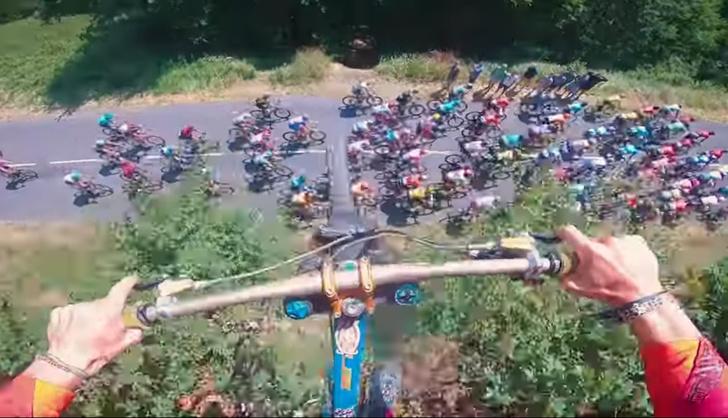 Фото №1 - Безбашенный велосипедист перепрыгнул гонку «Тур де Франс» (видео с трех ракурсов)