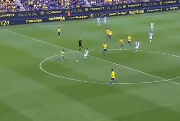 Фото №1 - Мы нашли самый везучий гол этого футбольного сезона (видео)