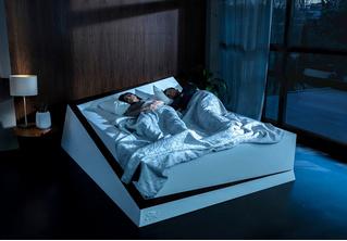 Инженеры Ford разработали кровать для двоих, которая не позволяет оттеснить тебя к краю (магическое видео)