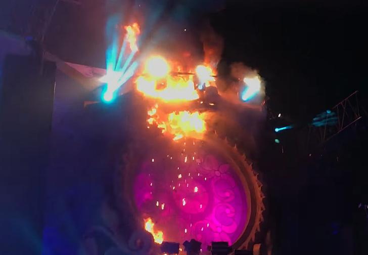 Фото №4 - Зажгли: во время музыкального фестиваля на сцене начался пожар (адское видео)