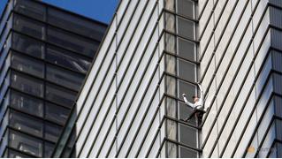 «Я не псих!» — заявил французский экстремал и залез на 230-метровый небоскреб без страховки