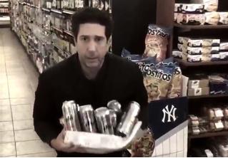 Росс из «Друзей» ответил на обвинение в краже ящика пива: стырил еще один