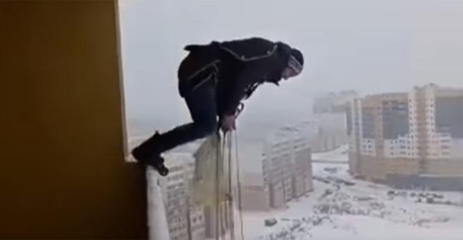 Житель россии прыгнул сбалкона спарашютом иостался живой