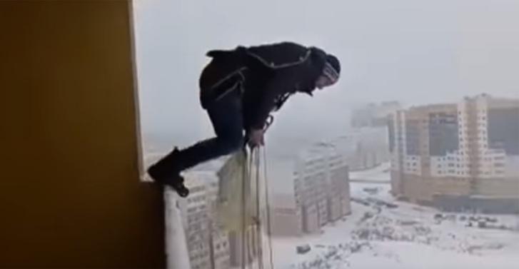 Фото №1 - Житель Ивановской области эффектно остался жив после прыжка с балкона многоэтажки (ВИДЕО)