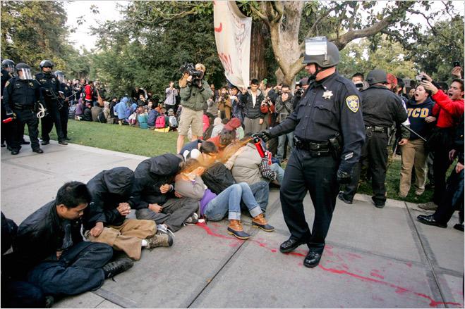 Фото №13 - Ненасильственное сопротивление: как правильно троллить власть, подтачивая ее основание