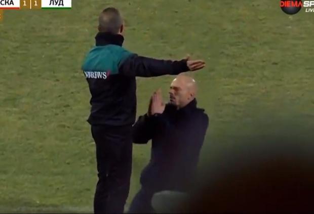Фото №1 - Твит дня: главный тренер встал на колени перед судьей ради своей команды (видео)