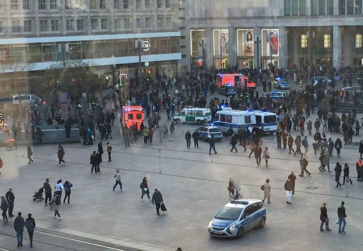 Фото №1 - В центре Берлина фанаты двух повздоривших видеоблогеров устроили массовую драку (видео)