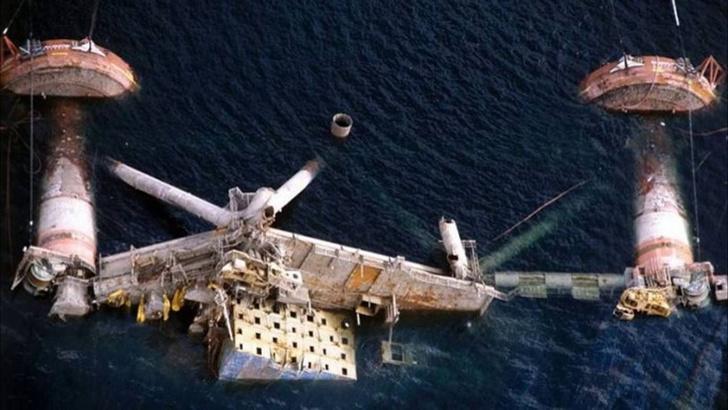 Фото №1 - История одной фотографии: затонувшая нефтяная платформа в 1980 году