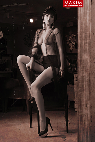 "Фото №2 - Актриса Евгения Брик: «Да, я та самая девушка, которая голой сидит на лавке в сериале ""Оттепель""»"