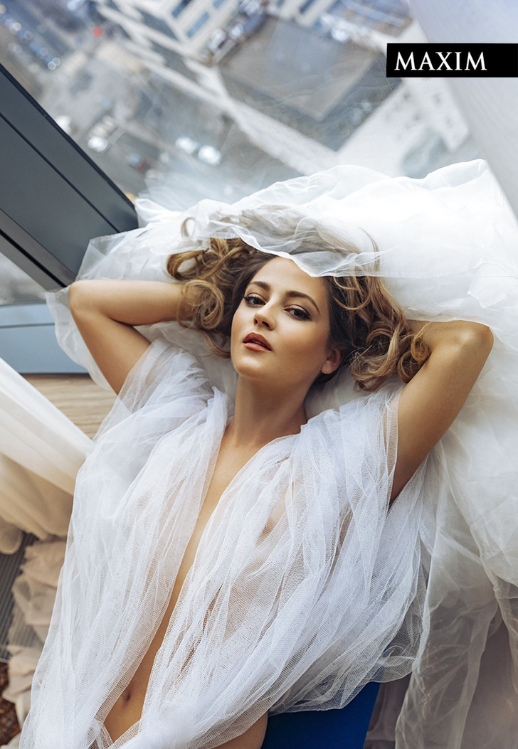 Фото №1 - Окна Анны: новейшая фотосессия актрисы Анны Михайловской в MAXIM