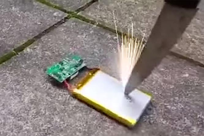Фото №1 - Вот почему нельзя протыкать ножом батарею айфона!