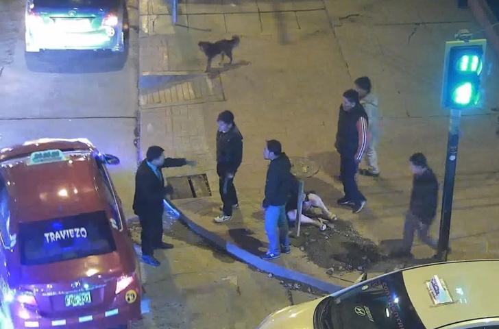Фото №1 - Парень жестоко издевался над подругой прямо на улице. И смотри, что сделали прохожие (поучительное ВИДЕО)