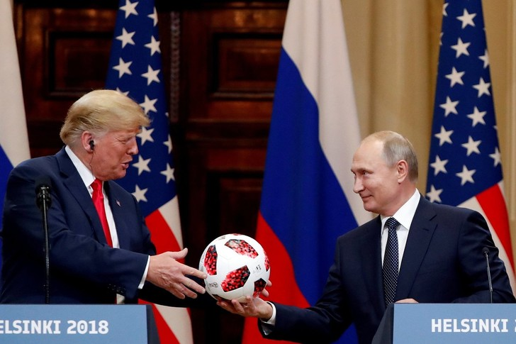 Фото №1 - Путин подарил Трампу мячик с чипом