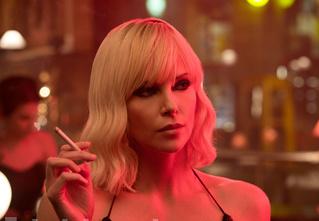Драки, водка «Столичная» и лесбийский секс: Шарлиз Терон в трейлере «Атомной блондинки»