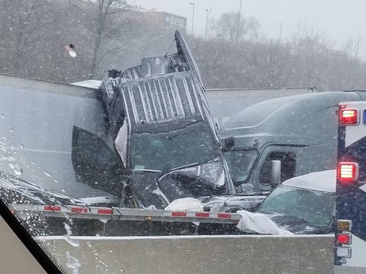 Фото №1 - Завораживающее ВИДЕО массовой аварии сотни машин