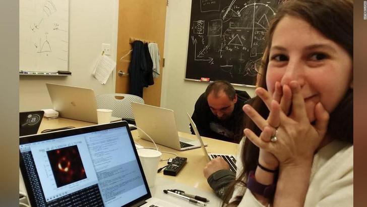 Фото №2 - Лучшие шутки про первую фотографию черной дыры