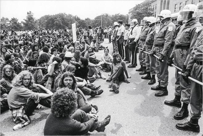 Фото №27 - Ненасильственное сопротивление: как правильно троллить власть, подтачивая ее основание