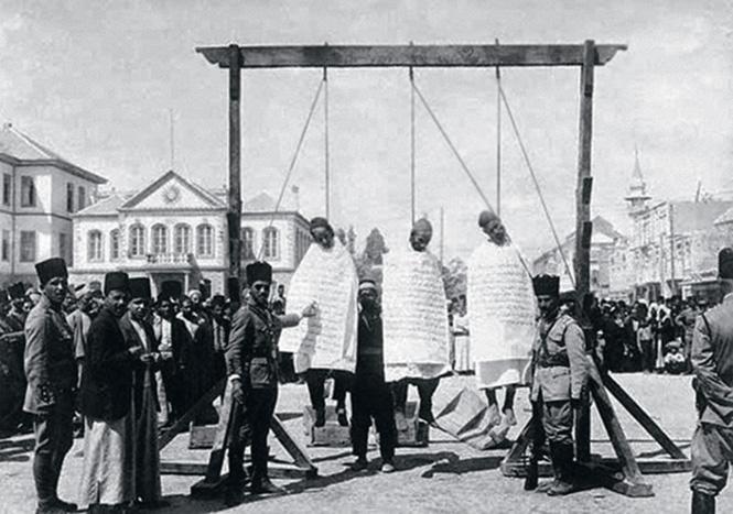Публичная казнь повстанцев на площади Марджех в Дамаске