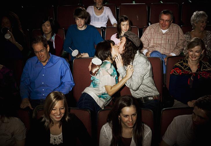 Фото №1 - Те, кто целуется на публике, хотят, чтобы окружающие позавидовали, утверждают ученые