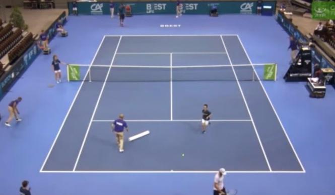 Итальянский теннисист так ловко отбил подачу российского, что сломал  крышу стадиона! А вот и ВИДЕО!