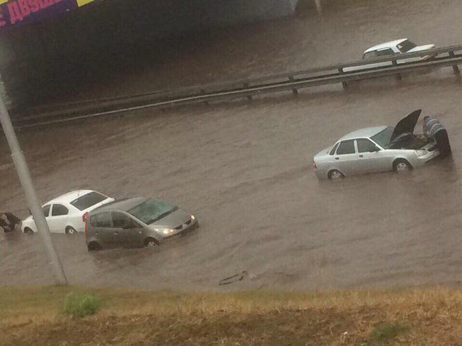 Вода, вода, кругом вода: самые впечатляющие видео и фото потопа в Уфе