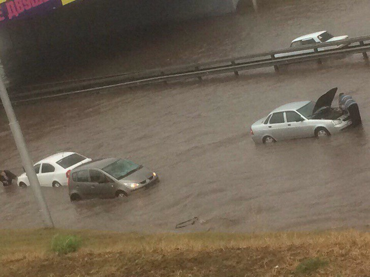 Фото №1 - Вода, вода, кругом вода: самые впечатляющие видео и фото потопа в Уфе