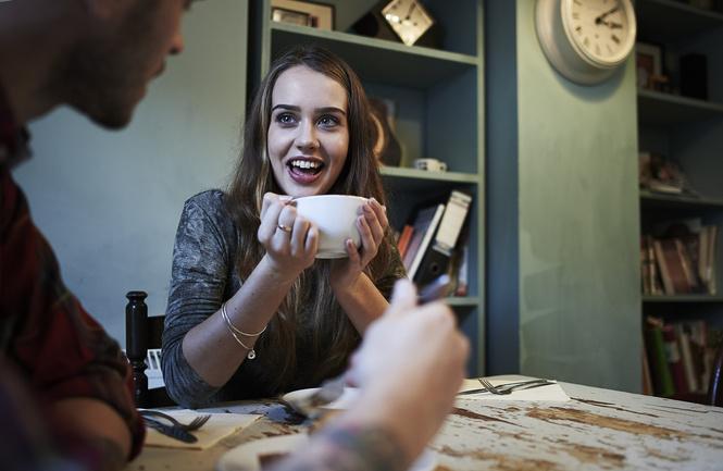Ученые наконец выяснили, почему девушка смеется над твоими шутками!