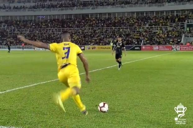 Фото №1 - Феноменальный гол: футболист забил со своей половины поля (видео)